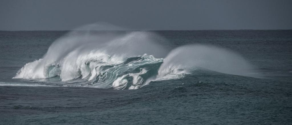 Big breaking swell on Little Henty Reef