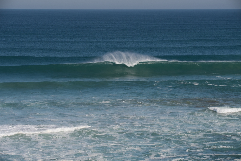 Large clean wave breaking at Gibson Steps