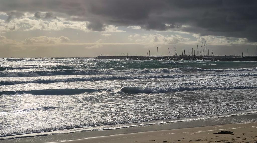 Easterly seas at Apollo Bay harbour