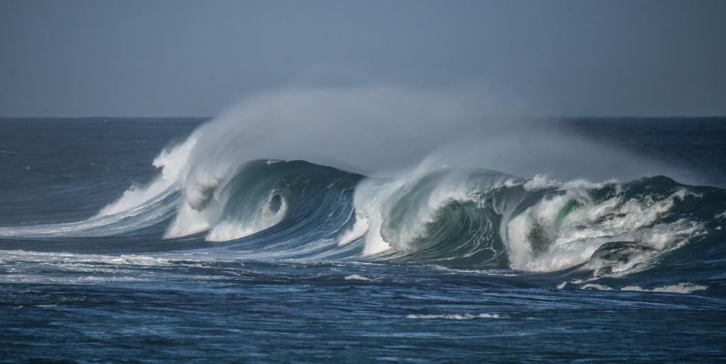 Rogue wave breaking unevenly