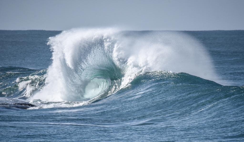 Spectacular fan-shaped breaking wave
