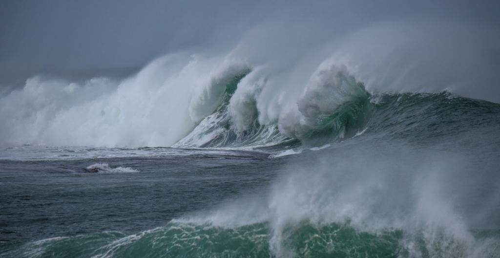 Big swell breaking on Little Henty Reef